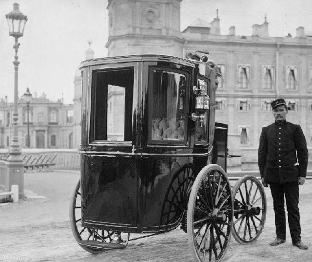 Электромобиль И. В. Романова у Гатчинского дворца, 1900 г.