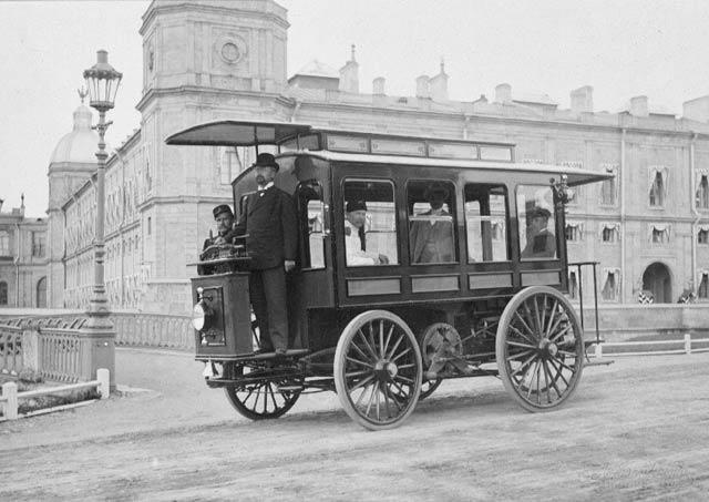 Электромнибус И.В. Романова у Гатчинского дворца, 1900г.
