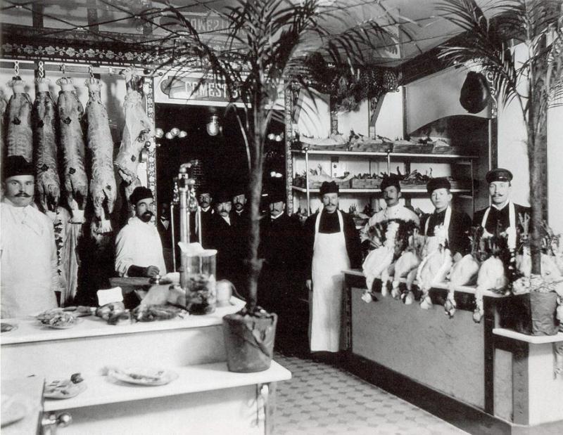 В центре мясного отдела - владелец магазина, купец Александр Николаевич Рогушин
