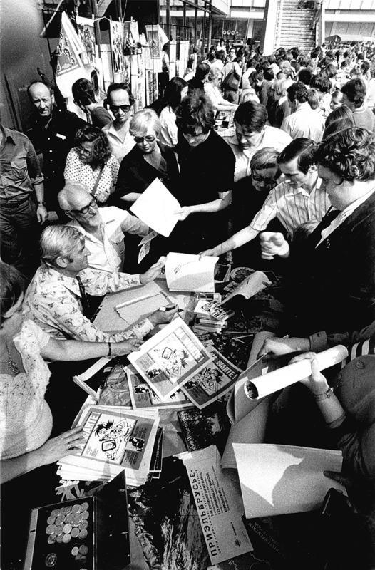Создатели «Ну, погоди!» Вячеслав Котеночкин и Светозар Русаков за раздачей автографов берлинским поклонникам, 1978 год
