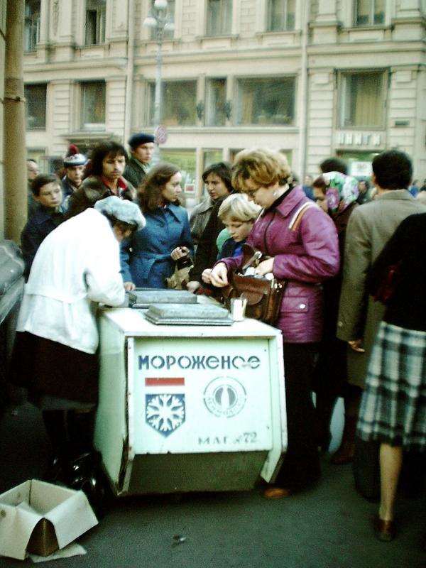 Продажа мороженого. Москва, октябрь 1979 г.