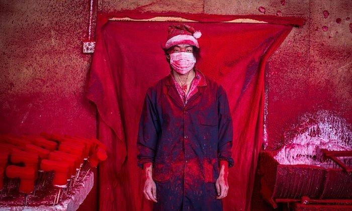 Работник китайского завода по производству елочных игрушек