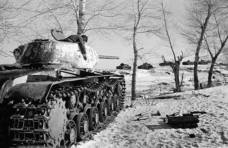 Советский танк КВ-1C и его погибший танкист