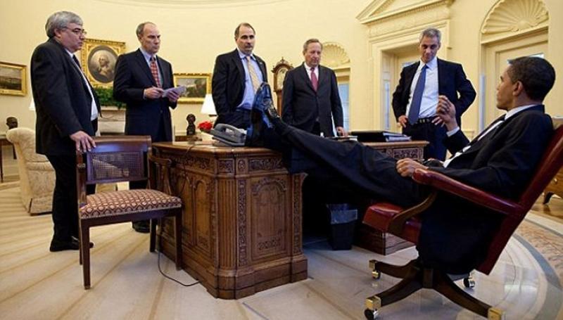 Обама. Ноги на столе.