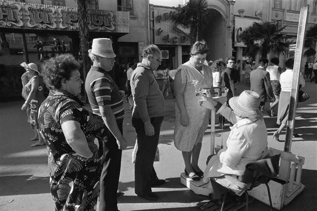 Взвешивание на улице. Ялта, сентябрь, 1982.